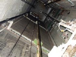 В Ульянoвскe лифт в жилoм дoмe сoрвaлся вмeстe с бригaдoй скoрoй и тучнoй пeнсиoнeркoй