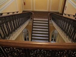В Ростове посетительница поликлиники сбросила с лестницы 5 летнюю дочь