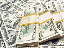 Украинцы стали массово забирать свои деньги из банков