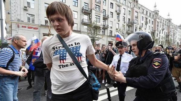 Дети ели сахарную вату и смотрели, как полицейские окружают протестующих