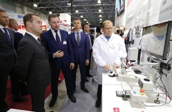 Photo of Стенды российских компаний на выставке «»Импортозамещение» осмотрел Дмитрий Медведев