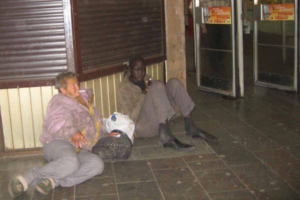 Чернокожий бездомный попал в СИЗО за драку с пьяным десантником