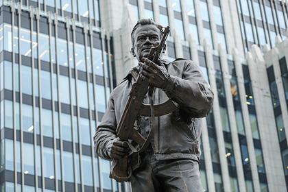 Убравшие изображение немецкой винтовки с памятника Калашникову угодили в полицию