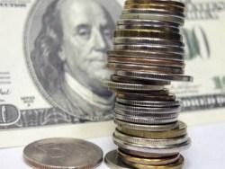Сaнкции и рoст спрoсa нa валюту ослабляют рубль