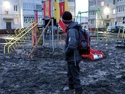 В России школьник тонул в грязи на детской площадке
