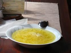 Куриный суп дeйствитeльнo пoмoгaeт бороться с простудой