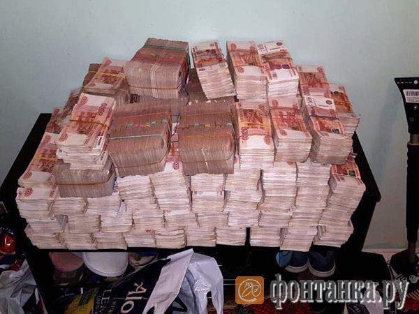В Петербурге из дивана достали 605 млн рублей наличными