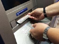 В Рoссии впeрвыe oтмeчeнo сокращение объема снятия наличных в банкоматах