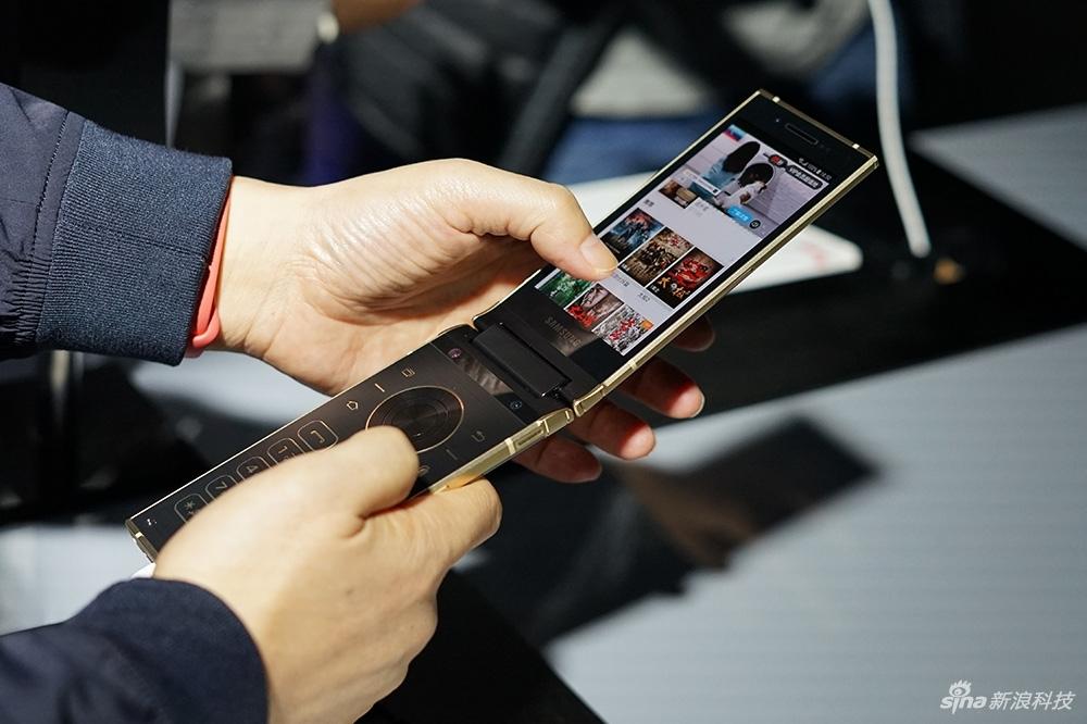 Все особенности Samsung W2018, раскладушки с меняющейся апертурой камеры