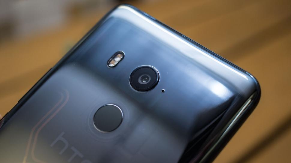 HTC U11+ — флагманский фаблет с тонкими рамками