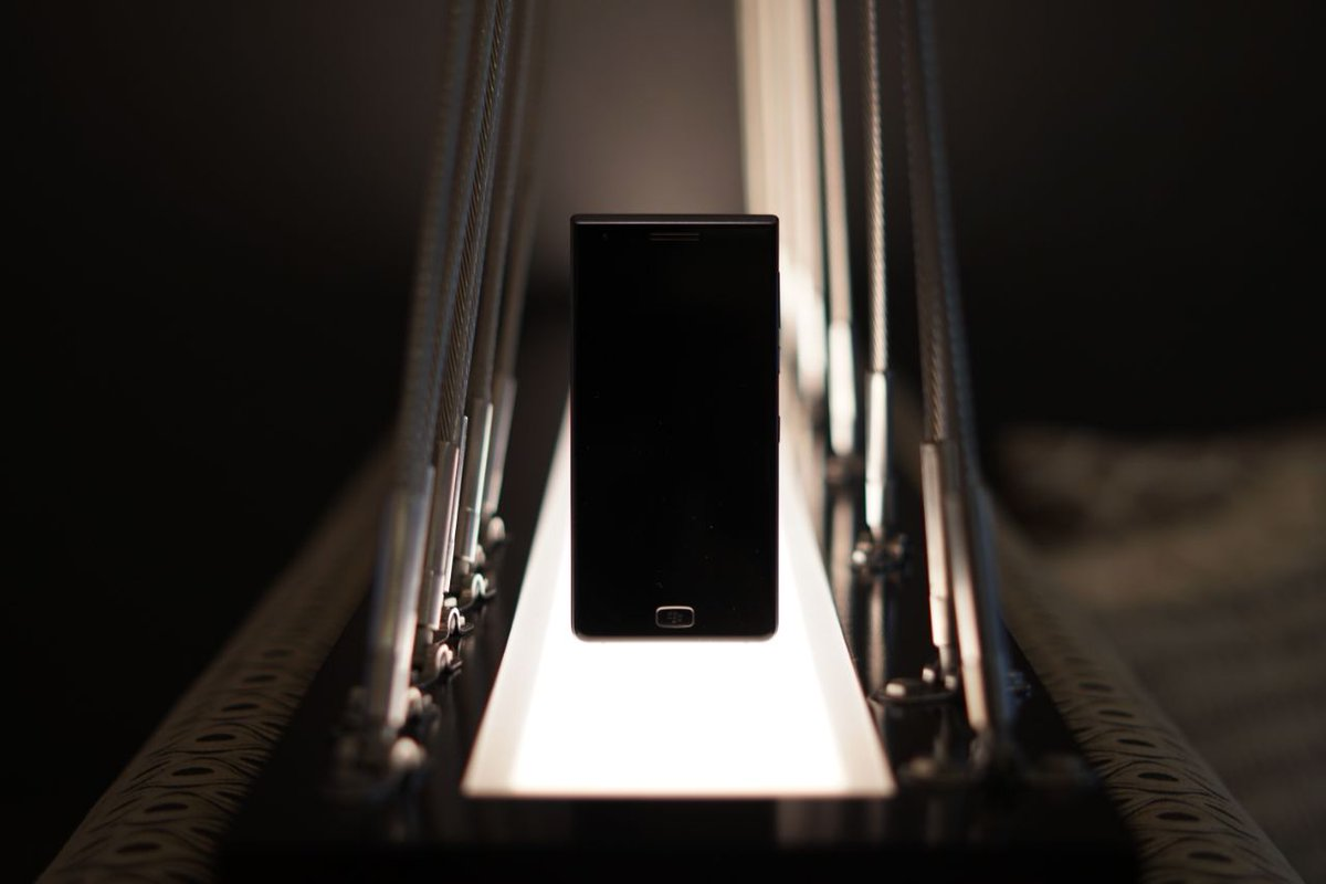 BlackBerry Motion официально представлен: большая батарея и нет клавиатуры