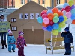 В Казани родители, не дождавшись строительства школы, построили ее из картона