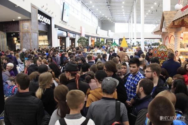 """Сотни новосибирцев в ТЦ """"МЕГА"""" выстроились в очередь за бесплатной едой"""