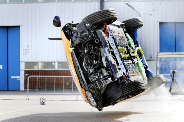 Неваляшка. Американцы попытались перевернуть Tesla Model X