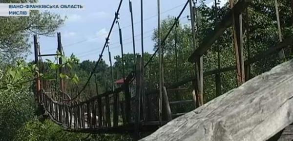 На Прикарпатье обвалился мост: пешеходы получили ранения