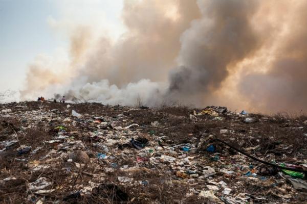 Photo of «Мы живем в аду!» Под Гагарином уже несколько дней полыхает свалка, потушить не могут