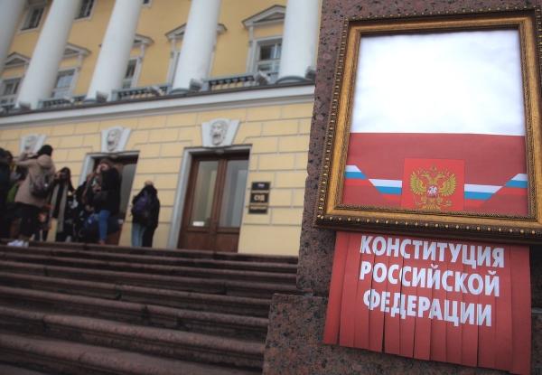 Петербургский активист получил 100 часов обязательных работ за перформанс в духе Бэнкси
