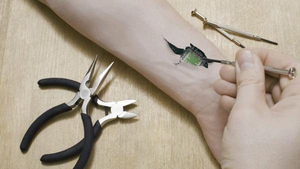 Эксперимент с имплантацией электронного чипа решил поставить на себе проректор из Томска0