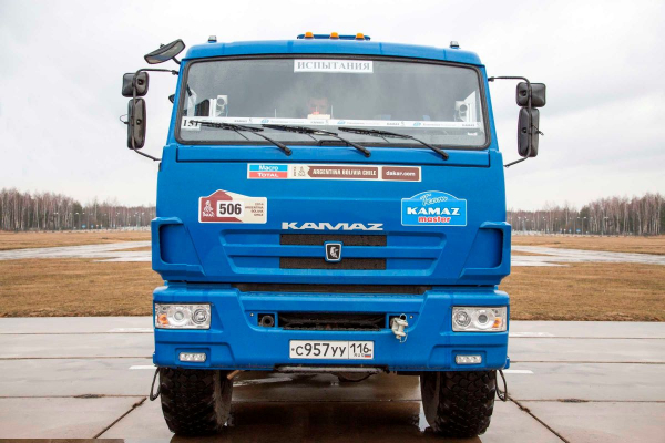 На первых испытаниях беспилотного КАМАЗа грузовик разрушил цех, в котором был собран0