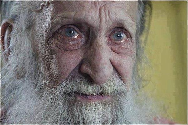 В Омске школьники закидали 77-летнего старика камнями0