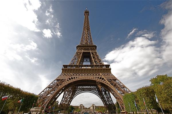 В Париже россиянин залез на Эйфелеву башню и требовал убежища0