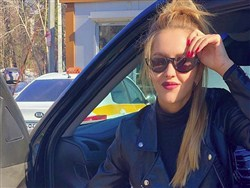 Photo of Жену экс-депутата раскритиковали за танец на шесте в трусах под «Смуглянку»