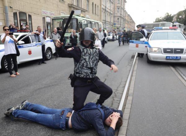 Песков: правоохранительные органы возвращают доверие россиян0