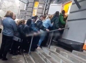 Photo of Взбешенные жители Днепра штурмом взяли секонд-хенд с дешевой одеждой