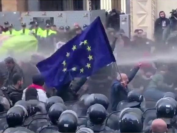 Протесты в Тбилиси начали разгонять водометами0