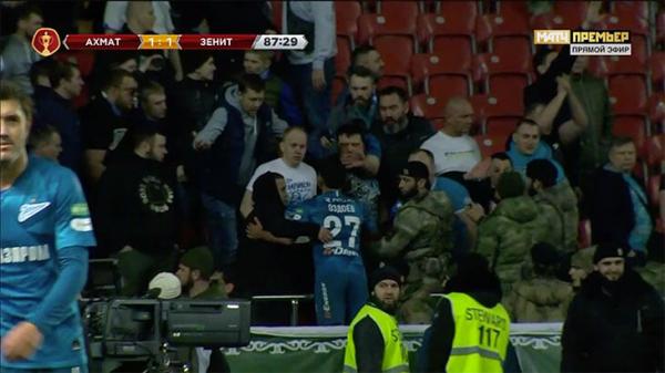 Photo of В Грозном фанаты Зенита разделись по пояс и едва избежали расправы