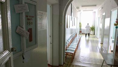 Photo of Медсестра из «красной зоны» заявила, что из-за начальства заразила семью. Ее мать умерла